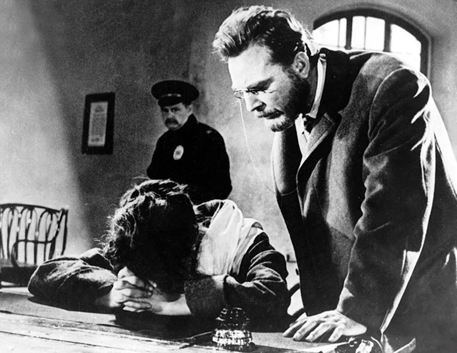 """O ator Evguêni Matveviev como Príncipe Nekhludov no filme """"Ressurreição"""" (1960), de Mikhail Schweitzer, uma adaptação do romance de Tolstói."""