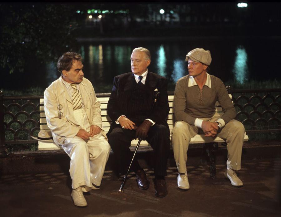 """Mikhail Berlioz, Woland e Ivan Bezdomni, em cena da série """"O Mestre  Margarida"""", de 2005."""