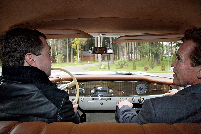 """""""Signor Presidente, lei è un ottimo pilota"""", scrisse Schwarzenegger su Twitter, dopo essere andato in macchina con Medvedev"""