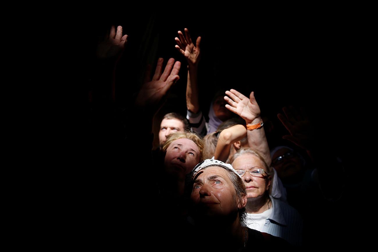 Umat Ortodoks dalam perayaan Api Suci Ortodoks di Gereja Makam Kudus di Yerusalem.