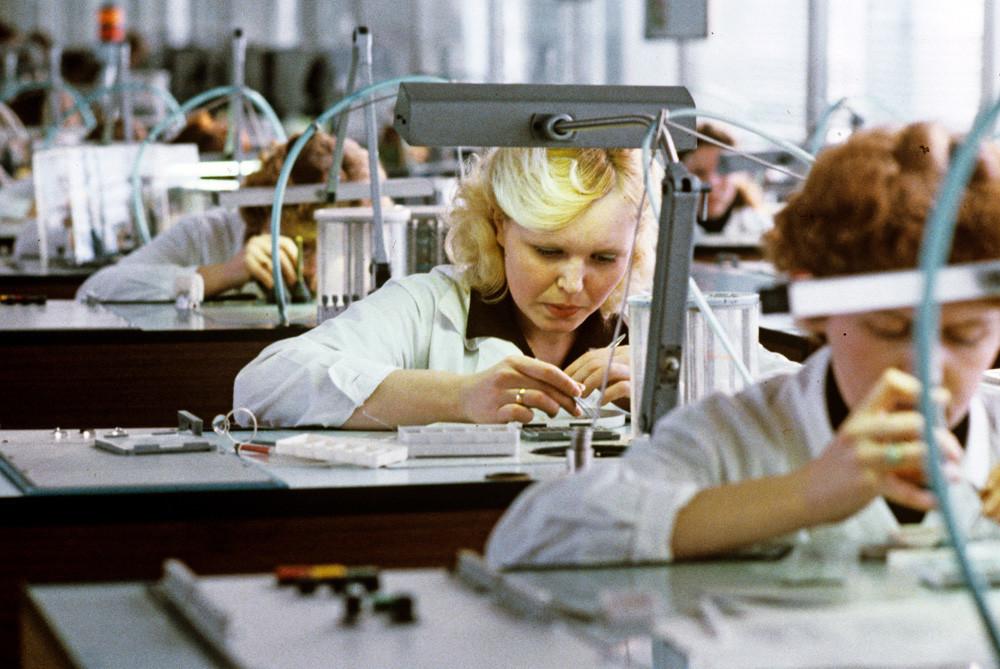 Para pekerja di Pabrik Jam Uglich, Uni Soviet, 1983.