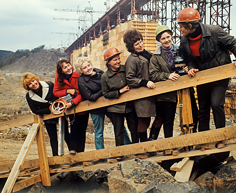 Pembangunan Pembangkit Energi Tenaga Air Ust-Ilimsk di Sungai Angara, Oblast Irkutskaya, 1973.