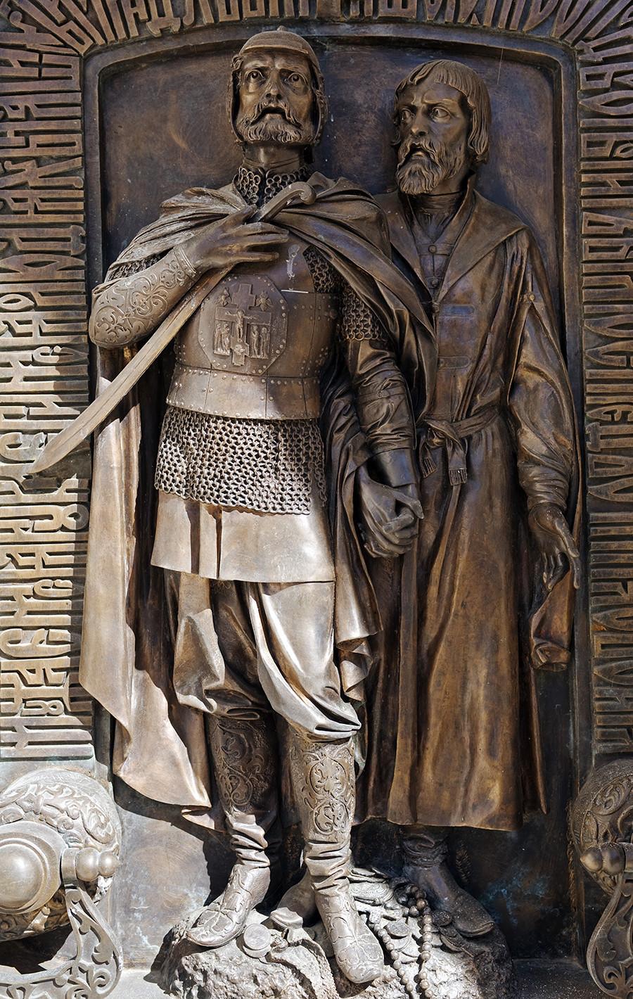 Rússia, Súzdal, Monastério do Santo Efime. relevo em bronze retratando Pojárski e Mínin na porta da capelinha que abriga o túmulo de Pojárski.