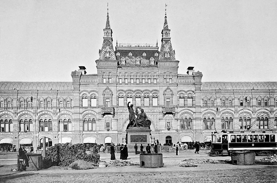 Monumento a Mínin Pojárski em sua posição anterior, em frente ao GUM, na Praça Vermelha. Hoje, ele fica localizado na mesma praça, mas em frente à Catedral de são Basílio.