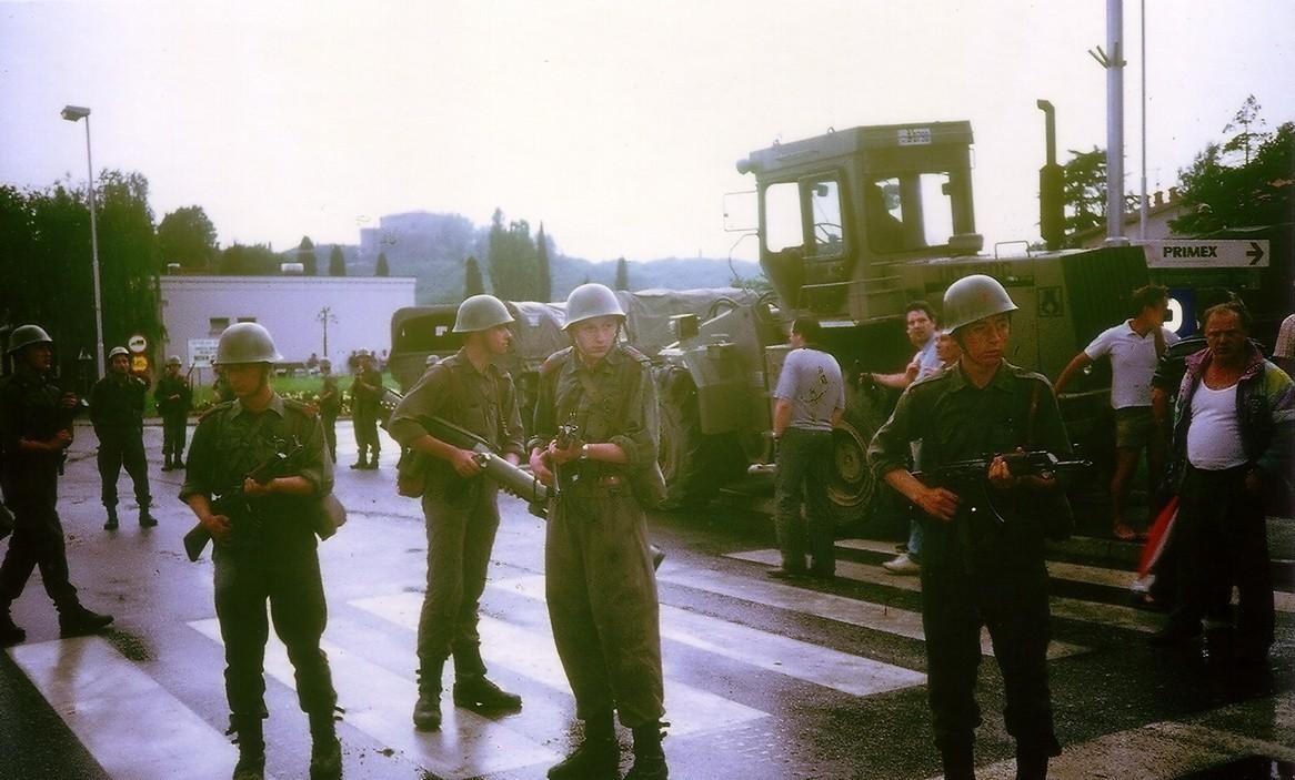 Припадници Југословенске народне армије с пушкама М70.