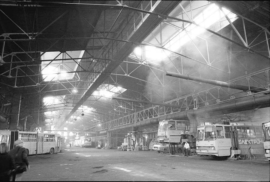 Interno, Garage per bus Bakhmetev (1927), Mosca. Foto del 1994