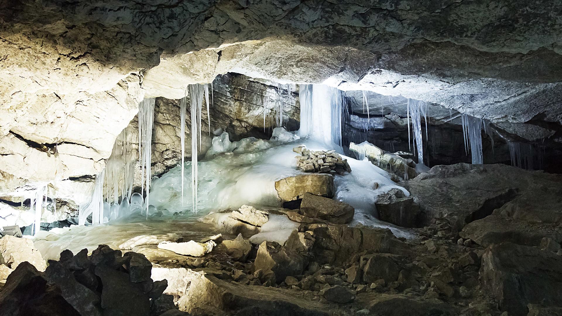 Riesige Stalaktiten hängen über den Köpfen, uralte Eisblöcke liegen im Raum verstreut. Dazwischen erstrecken sich scheinbar bodenlose Seen. Die Kungur-Eishöhle in den Bergen des Mittel-Urals ist ein 40 Meter langer Permafrost-Tunnel und teilweise um die 300 Jahre alt.