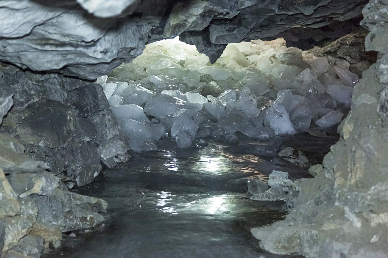 Heute ist die Höhle mit Wegweisern und Lichtern ausgestattet. Aber ursprünglich konnten sich Besucher in den dunklen, kalten Gängen leicht verlaufen. Bis Rettung kam, dauerte es meist lange. Noch vor 100 Jahren bekamen Besucher darum nach fünfstündigen Höhlentouren 100 Gramm Wodka zum Aufwärmen.