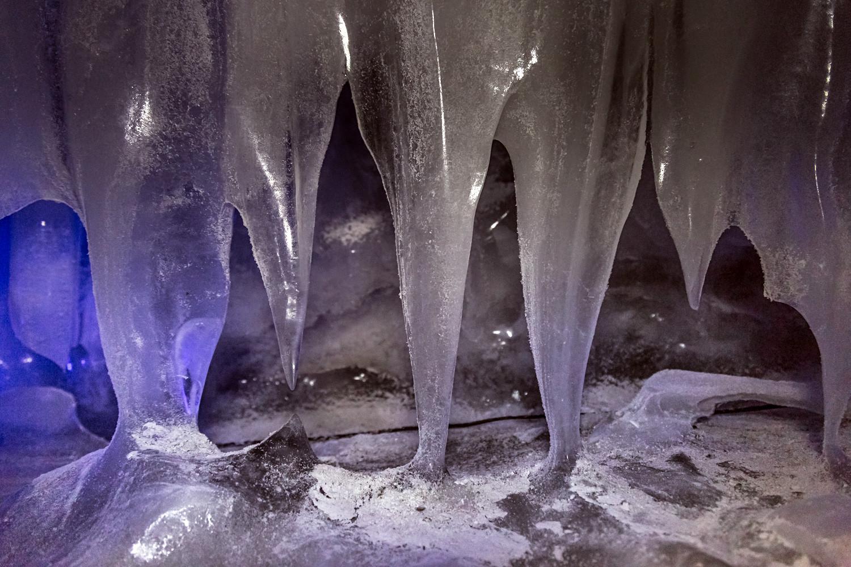 """Wie in Tropfsteinhöhlen heißen die hängenden Eiszapfen hier Stalaktiten, die stehenden Eissäulen Stalagmiten. Diese werden als """"Saison-Eis"""" bezeichnet, weil sie sich jeden Sommer neu bilden. Außerdem überzieht dann eine schwere Eisschicht viele Räume und bildet sogenannte Frostseen."""