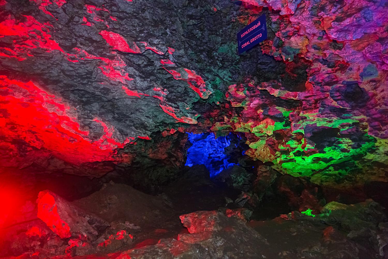 Chlebnikow unterhielt seine Besucher damals schon mit einer spektakulären Lichtshow: Erst müssen die Besucher ihre Lampen ausschalten und einige Zeit in Dunkelheit ausharren. Dann wirft der Tourleiter grelles rotes Licht an die Eiswände. Bis heute wiederholen die Touristenführer dieses Schauspiel.
