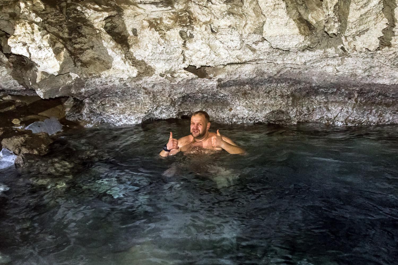 """Dort in der großen Grotte befindet sich ein großer unterirdischer See, in dem die Anwohner der Gegend bis heute noch jährlich zum Feiertag der """"Taufe des Herrn"""" am 19. Januar ins Eiswasser tauchen."""