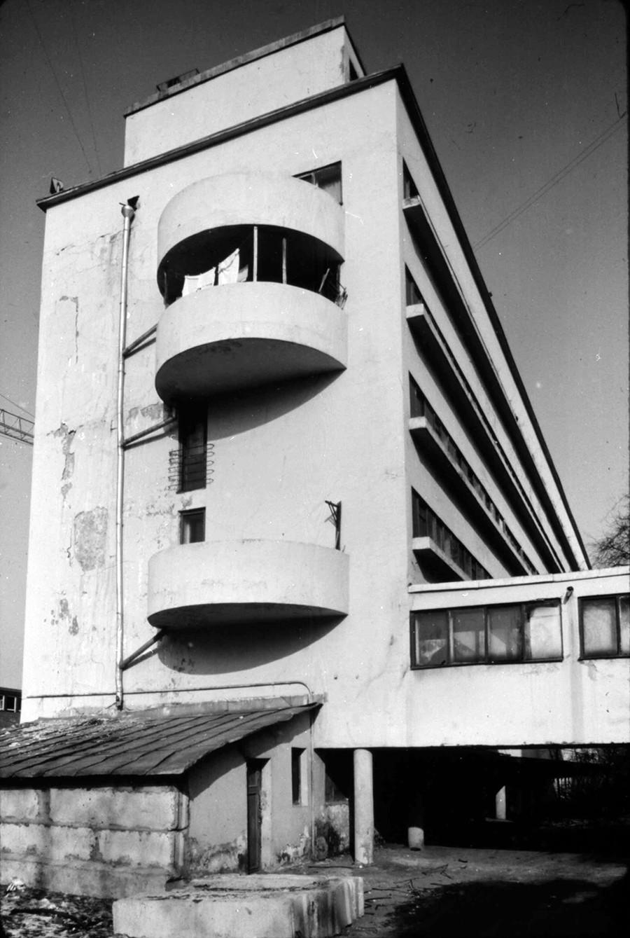 Moskau: Narkomfin-Wohnhaus (1928, Architekten: Moisei Ginzburg und Ignatij Milinis), Foto 1994. Dies ist ein typisches Beispiel für ein Kommunen-Haus für höher gestellte Mitarbeiter einer Institurion, hier des Narkomfin, des Finanzkommissariats.