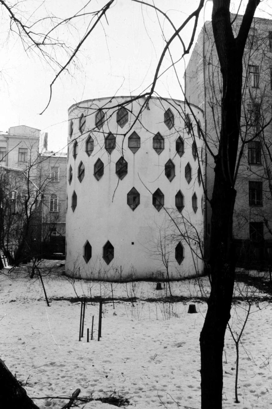 Moskau: Melnikow-Haus (1927), Foto 1984. Hier baute sich der sowjetische Architekt Konstantin Melnikow ein Studio und Einfamilienhaus. Da damals jedes Privateigentum verstaatlicht und Massenwohnblocks errichtet wurden, war das eine Ausnahme.  Das Haus war als Prototyp für spätere Rundbauten gedacht.