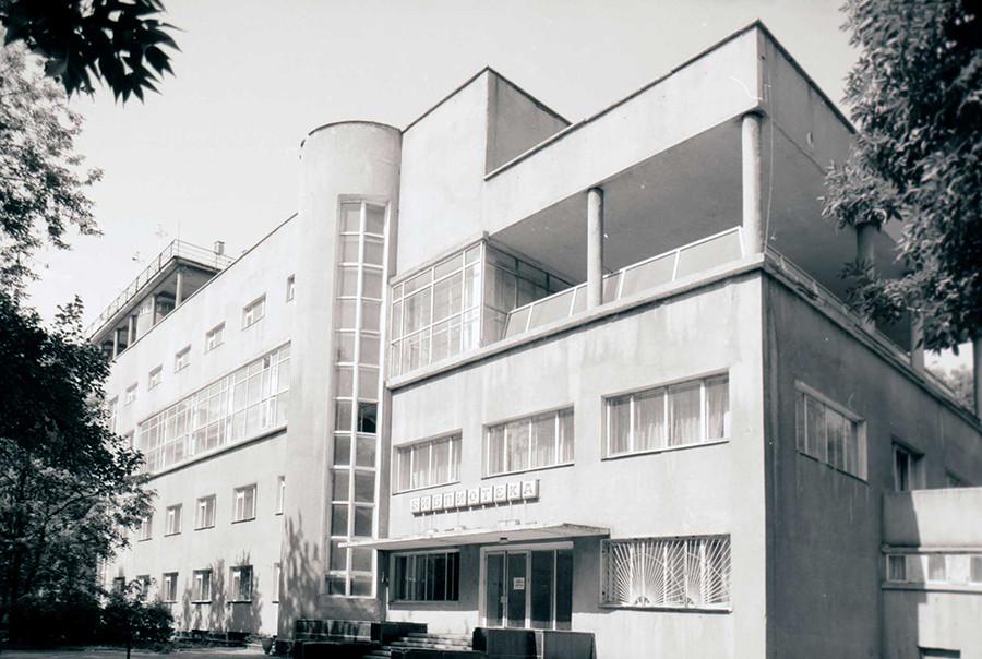 Moskau: Bachmetew-Garage (Konstantin Melnikow,und Wladimir Schuchow, 1927), Foto 1994. Der Bau wurde lange als Buswerkstatt genutzt, dann zog das berühmte Museum für Zeitgenössische Kunst