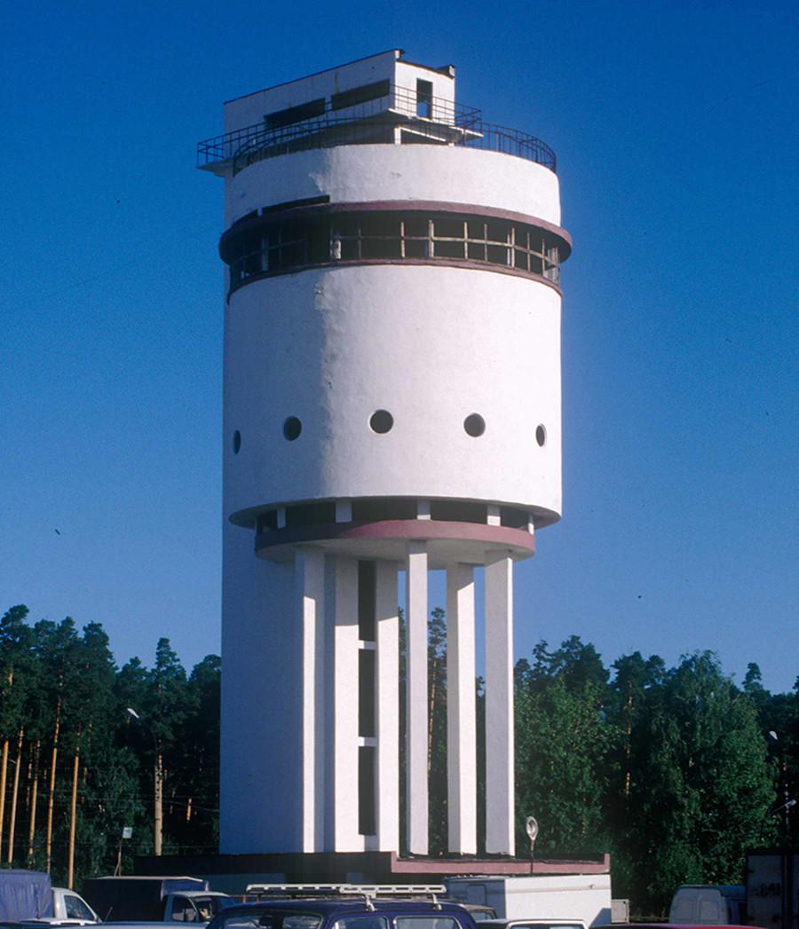 Jekaterinburg: Weißer Turm der UralMasch-Fabrik (Moses Reischer, 1928), Foto 1999. Die Ural-Maschinenwerke ließen diesen Wasserturm für die Siedlung ihre Mitarbeiter entwerfen. Nach 1950 sollte hier in Café entstehen, dann aber stand der Bau lange verlassen. Mittlerweile ist er renoviert worden.