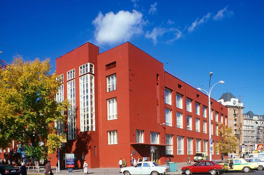 Nowosibirsk: Staatsbank (Andrej Krjatschkow, 1930), Foto 1999. Der Bau gehört zum Ensemble des Lenin-Platzes im Stadtzentrum. Der Grundriss erinnert an den kyrillischen Buchstaben P (П), die Flügel sind unterschiedlich hoch. Da an der Nordseite Lagerräume geplant waren, gibt es dort keine Fenster.