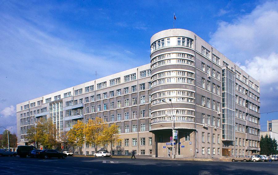 Nowosibirsk: Kraiispolkom-Bürogebäude (Andrej Krjatschkow, 1932), Foto1999. Dieses Gebäude, gedacht für die Mitarbeiter des Komitees, war das erste Haus in Nowosibirsk mit Aufzügen.