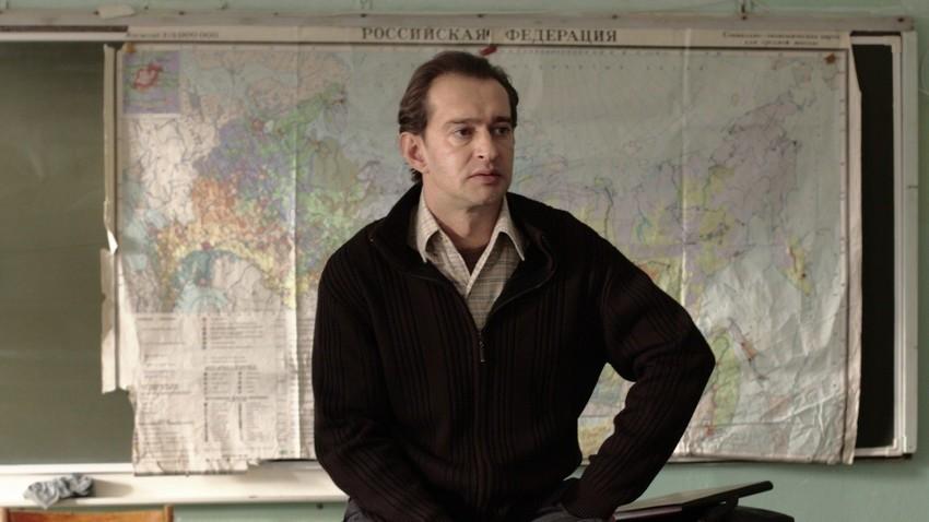 Prizor iz filma Geograf je zapil globus, ki temelji na istoimenski knjigi