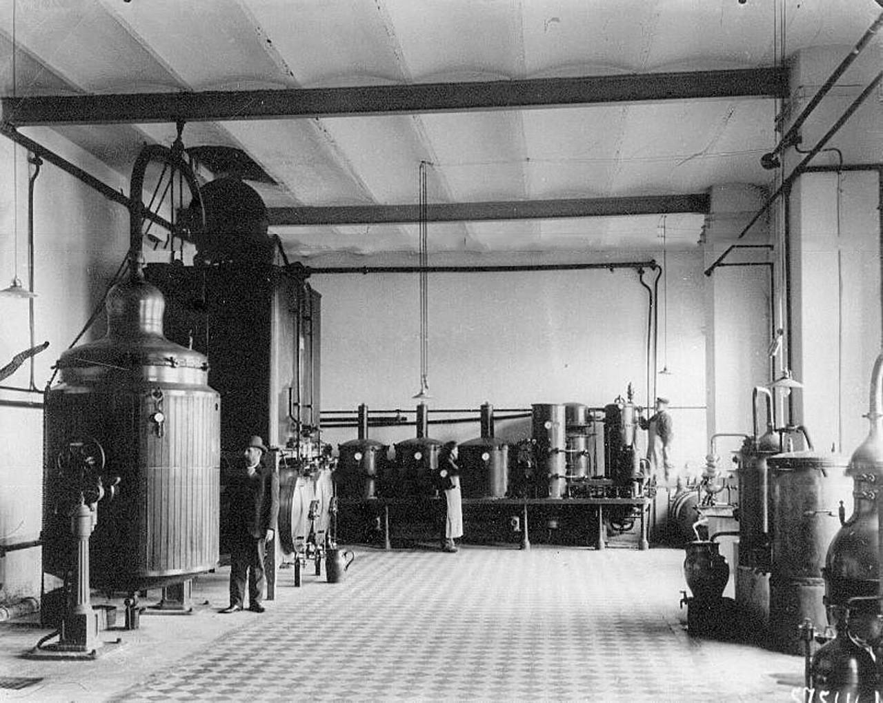 Instalaciones para el proceso de destilación de Keller y Kº.