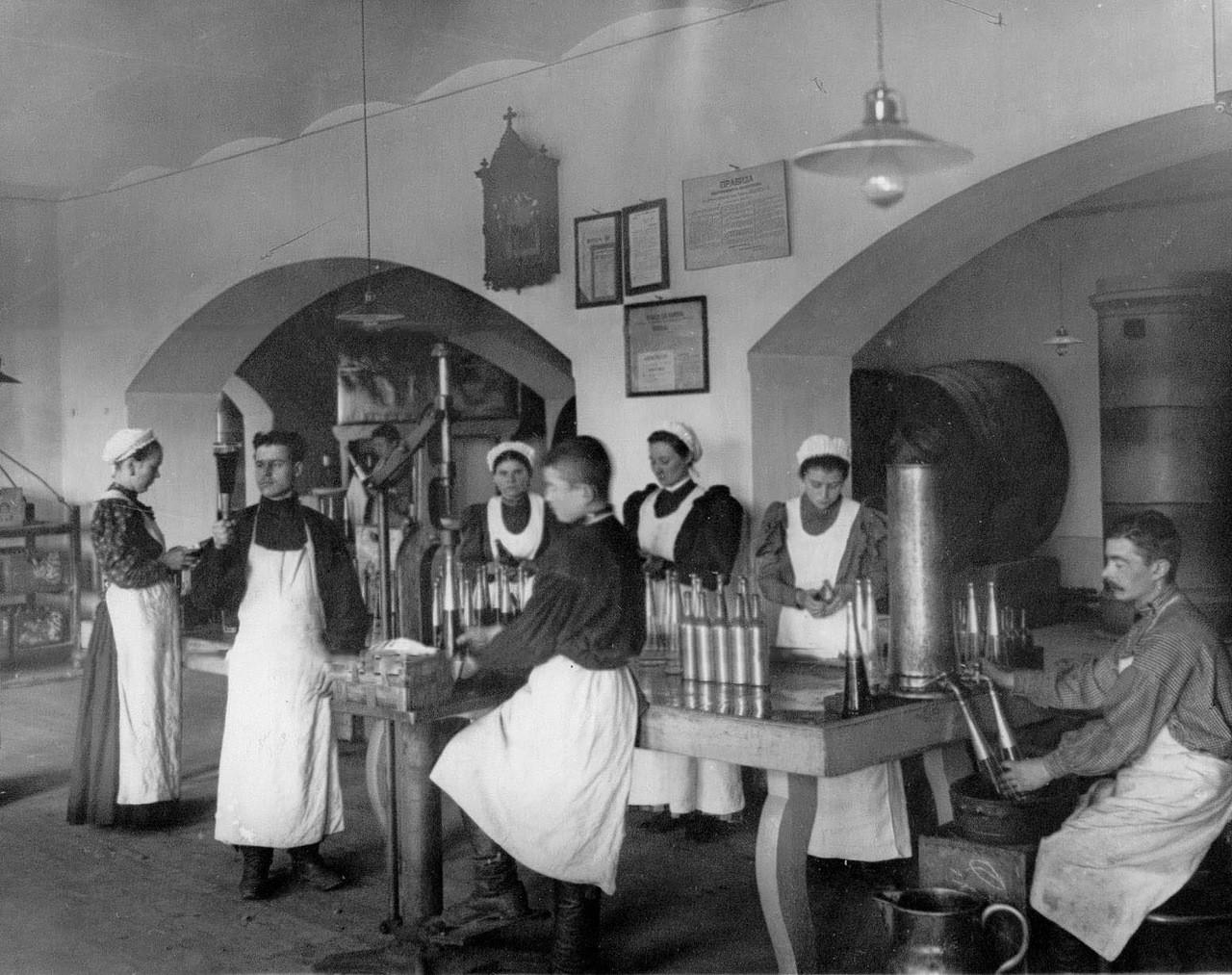 Trabajadores embotellando vodka.