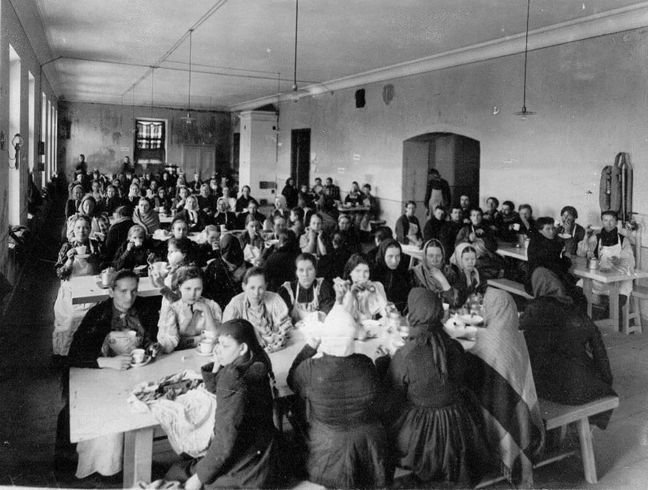 Trabajadores esperando la comida en el comedor del Almacén de Bebidas Alcohólicas Estatal nº1.