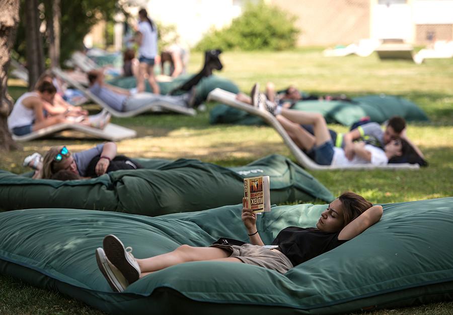 Visitantes descansam no Parque Górki, provavelmente o espaço de lazer mais popular de Moscou.
