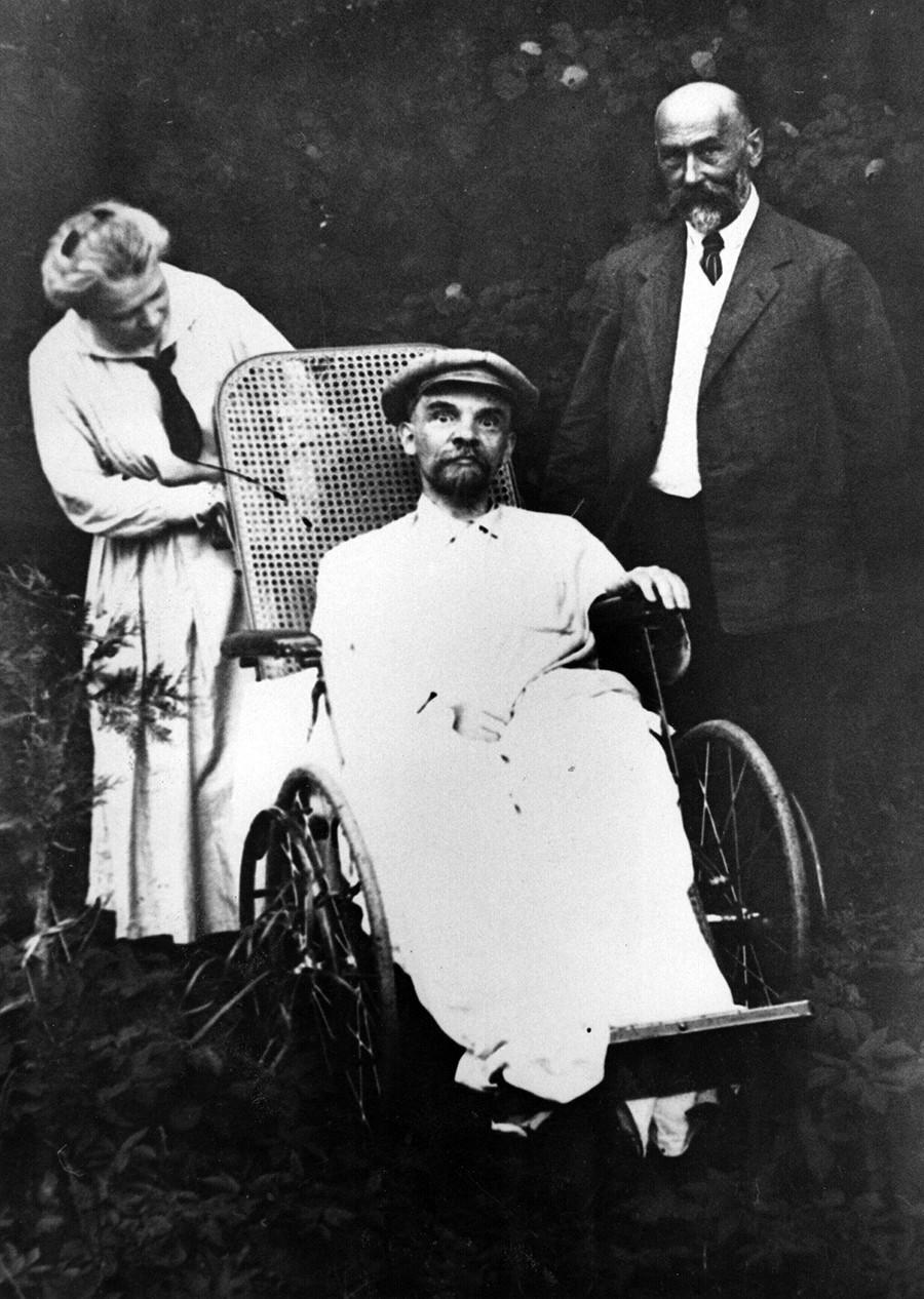 Vladimir Lênin em sua residência em Górki, em uma cadeira de rodas, meses antes de morrer.