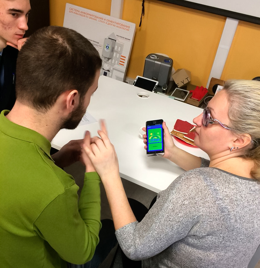 Artur Shaykhatarov and Lyubov Kuleshova in the process of testing the LifeFeel app