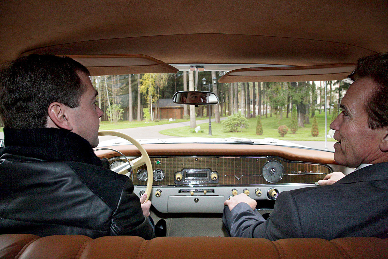 Medvedev e Schwarzenegger a bordo de limusine soviética Chaika