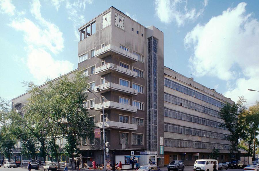 « Le bâtiment à l'horloge », l'immeuble résidentiel Kraïsnabsbyt (1931). Novossibirsk. Photo: 1999