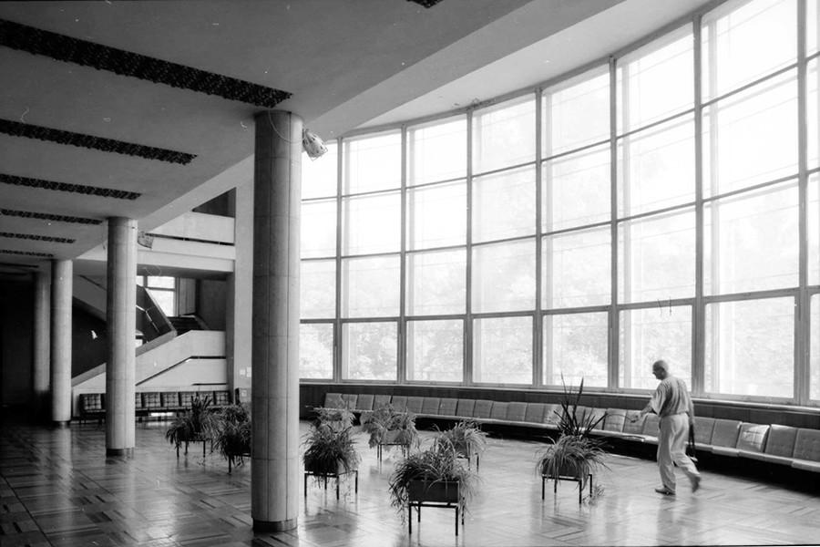 正面玄関、リハチョフ工場文化宮殿(1930年)、モスクワ、1994年撮影