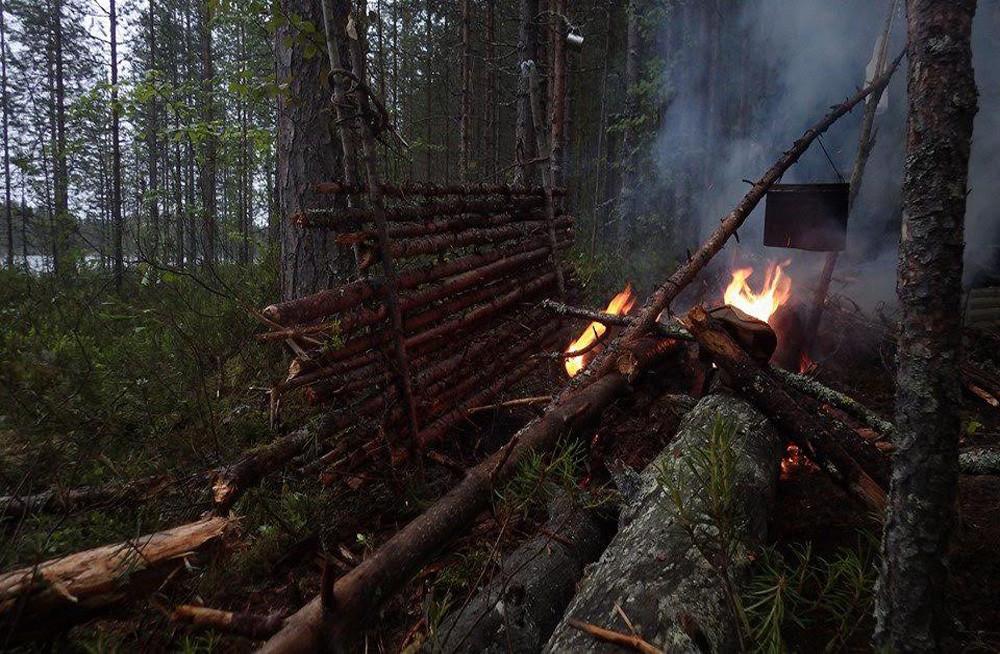 Membangun gubuk di hutan Karelia tidaklah mudah.