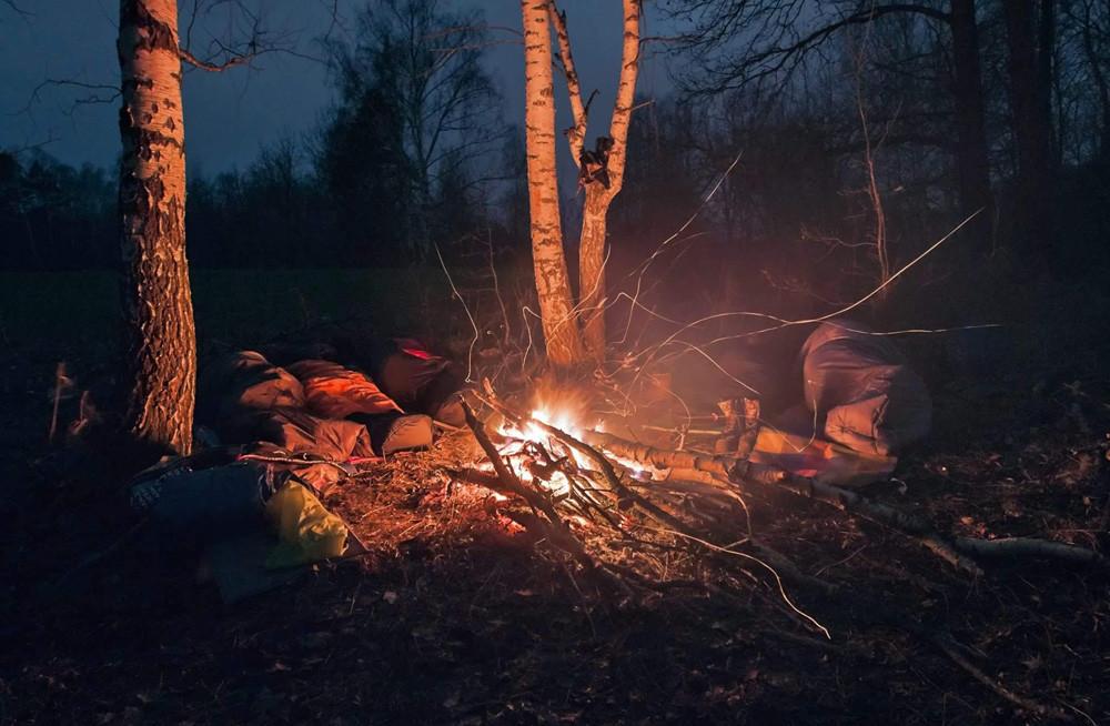 Menghabiskan malam di tengah hutan liar adalah bagian dari latihan bertahan hidup.