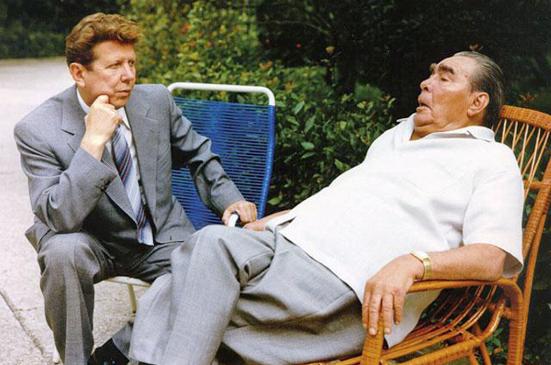 Brežnjev je bil več let bolan in stalno izčrpan. Povsod ga je spremljal njegov zasebni zdravnik, Jevgenij Čazov.