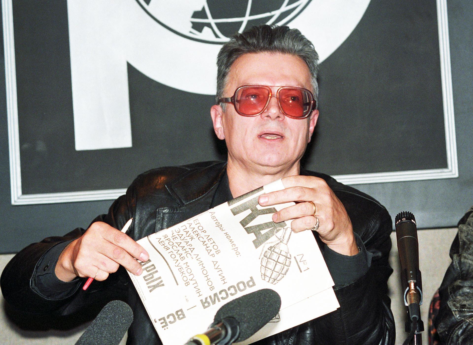 Овај писац је увек био радикалан – и у иностранству, и по повратку у отаџбину. (Фотографија је направљена 1994. године на политичком митингу).