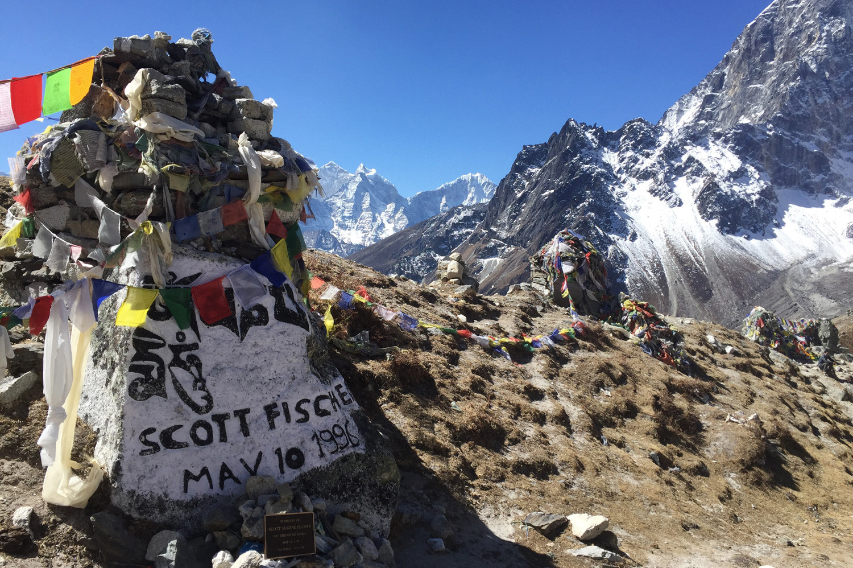 "Stupa untuk mengenang Scott Fischer, di pinggir desa Dughla, rute Everest Base Camp, Nepal. Boukreev menyebut Fischer sebagai ""pendaki terhebat Amerika."""