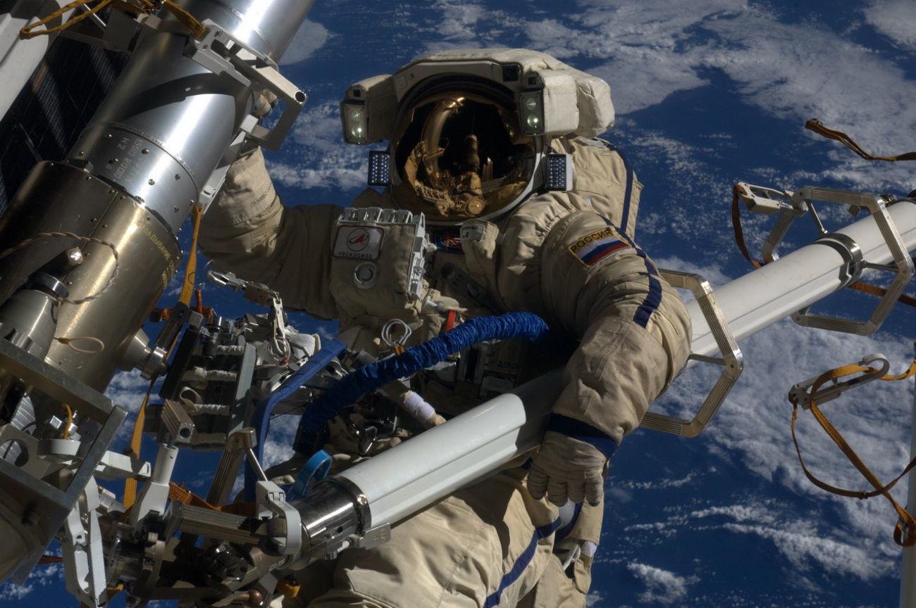 Aktivitas di luar wahana antariksa atau spacewalk, 16 Februari 2012.