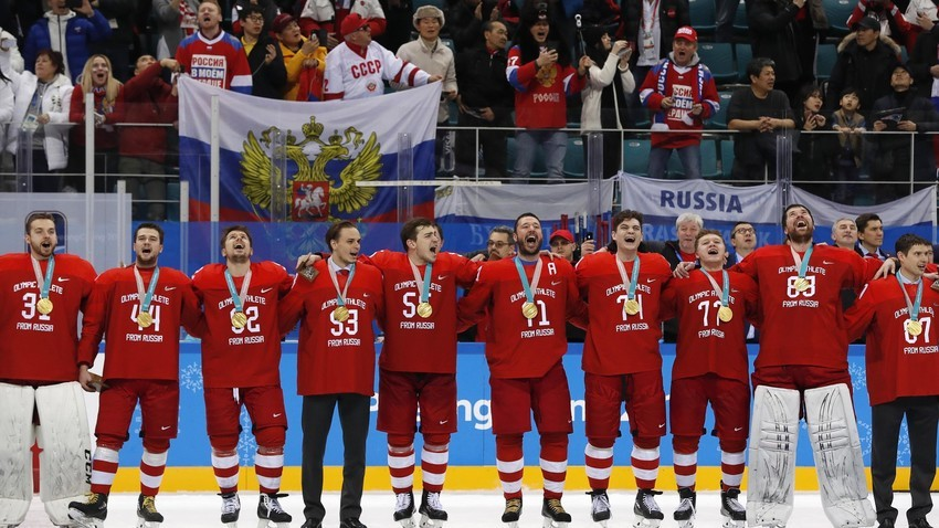 Das OAR-Eishockey-Team mit ihren Goldmedaillen