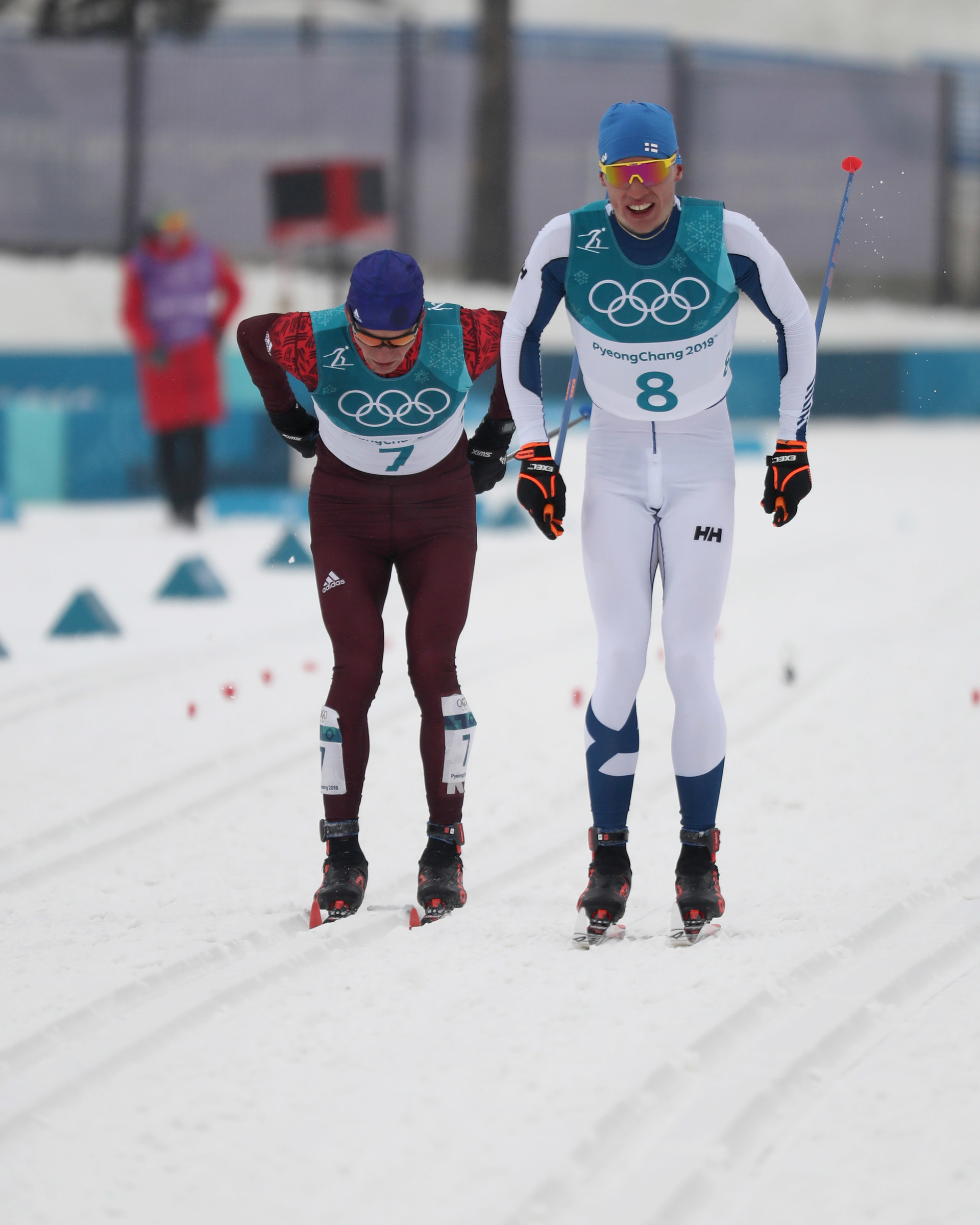 Der entscheidende Moment zwischen Alexander Bolschunow und dem Finnen Iivo Niskanen im Wettkampf um Gold über 50 Kilometer