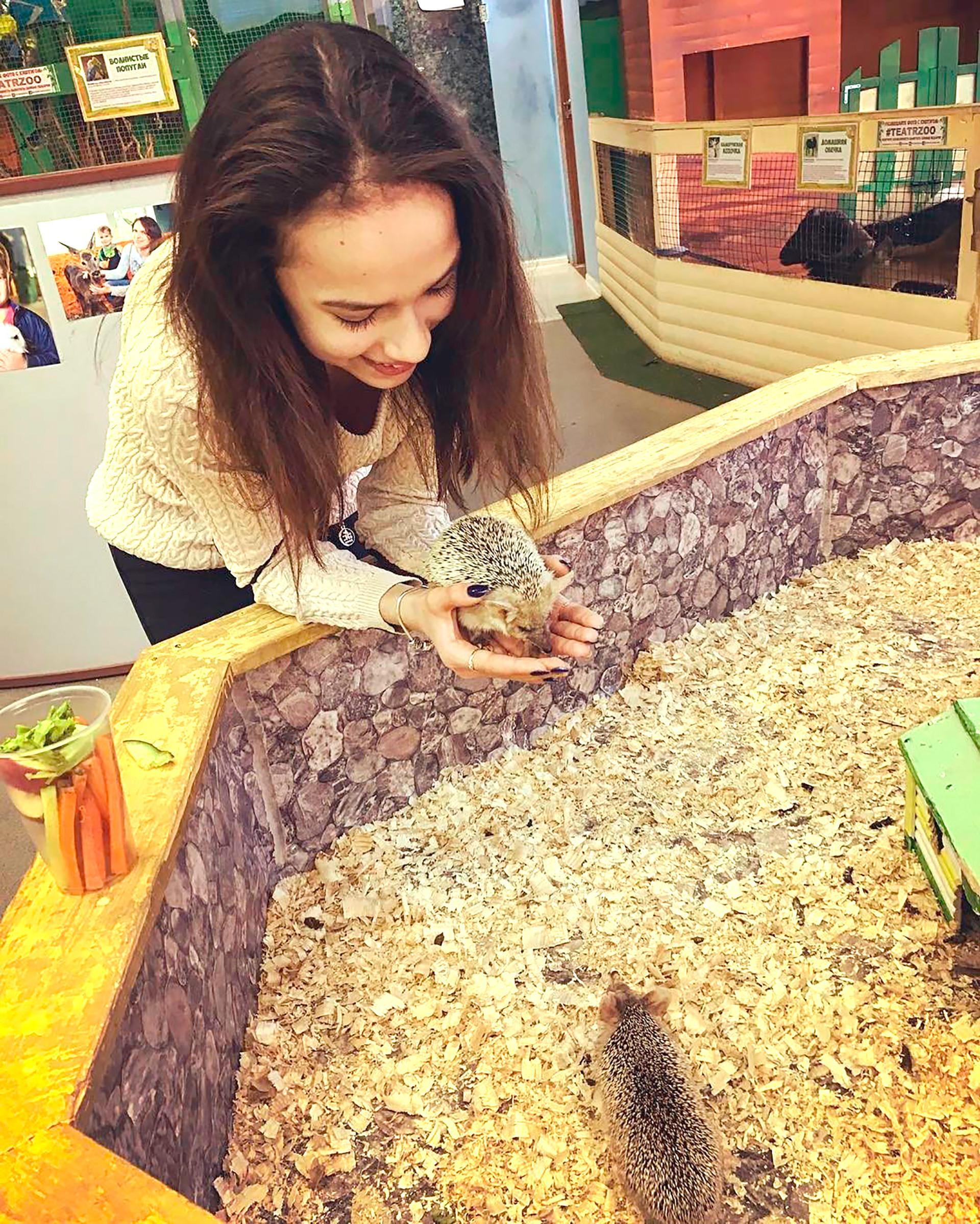 """Dennoch ist auch Sagitowa """"nur"""" ein normaler Teenager: Sie schaut gern amerikanische TV-Shows und spielt mit ihren Haustieren: Katzen und Chinchillas."""