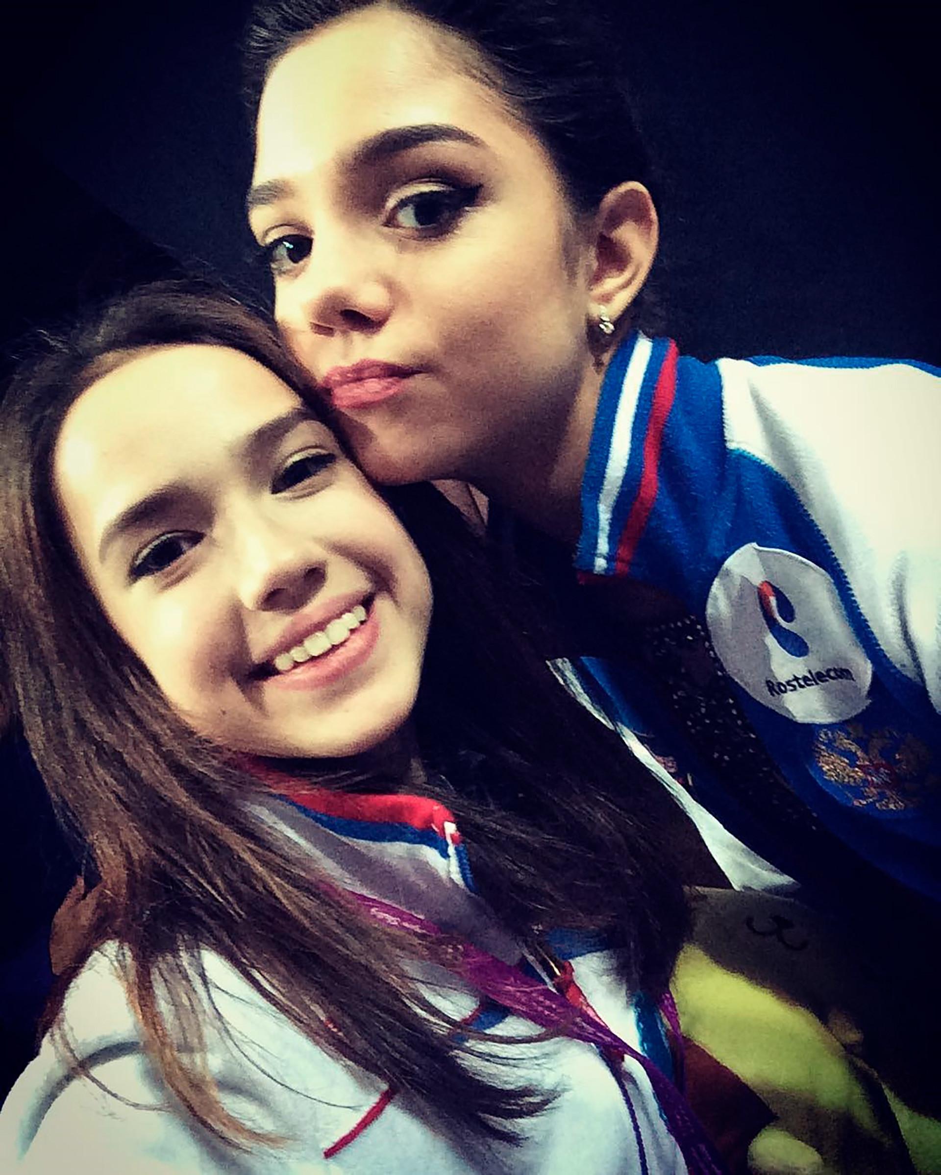 """Alina Sagitowa und Jewgenija Medwedewa: """"Die einzigen Menschen, die ich wirklich regelmäßig sehe, haben mit Eiskunstlauf zu tun"""", so Sagitowa, """"aber das ist Sport. Da sind wir Konkurrenten."""" Viele Freunde außerhalb des Sports habe sie nicht."""