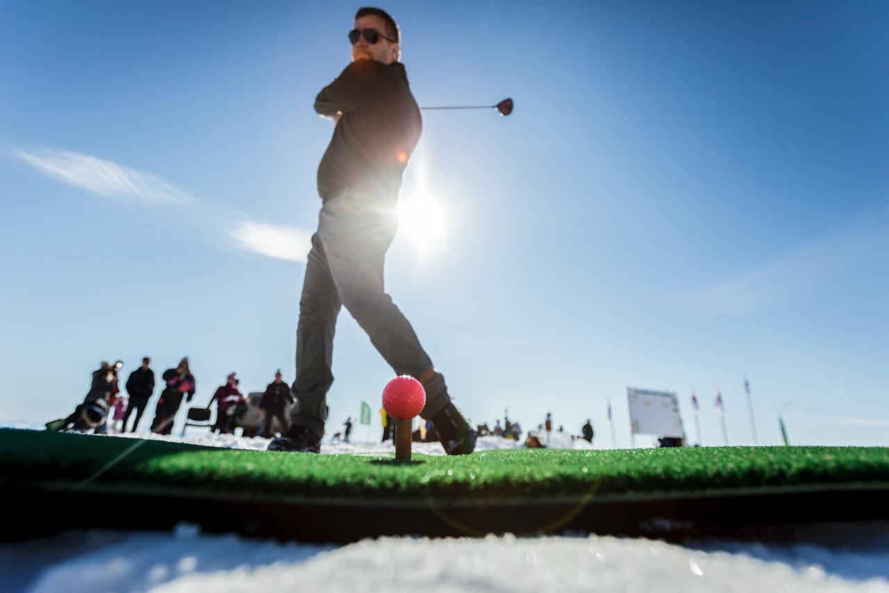 """Dmitry Goreslavsky dari Sankt Petersburg berbagi pengalamannya. """"Bola golf akan meluncur di salju dan memantul di atas es. Kadang sulit dicari. Permainan ini tak sama dengan permainan golf biasa di atas rumput, tapi jelas lebih seru."""""""