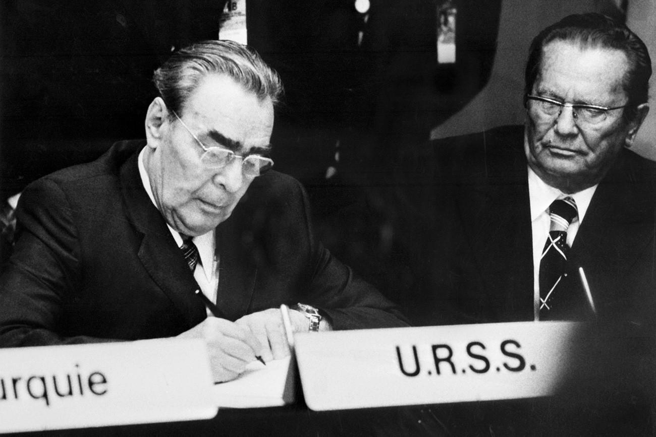 Leonid Brezhnev (kiri) menandatangani pakta final terkait keamanan dan kooperasi dalam konferensi terbesar dalam sejarah Eropa di Helsinki, Agustus 1975.