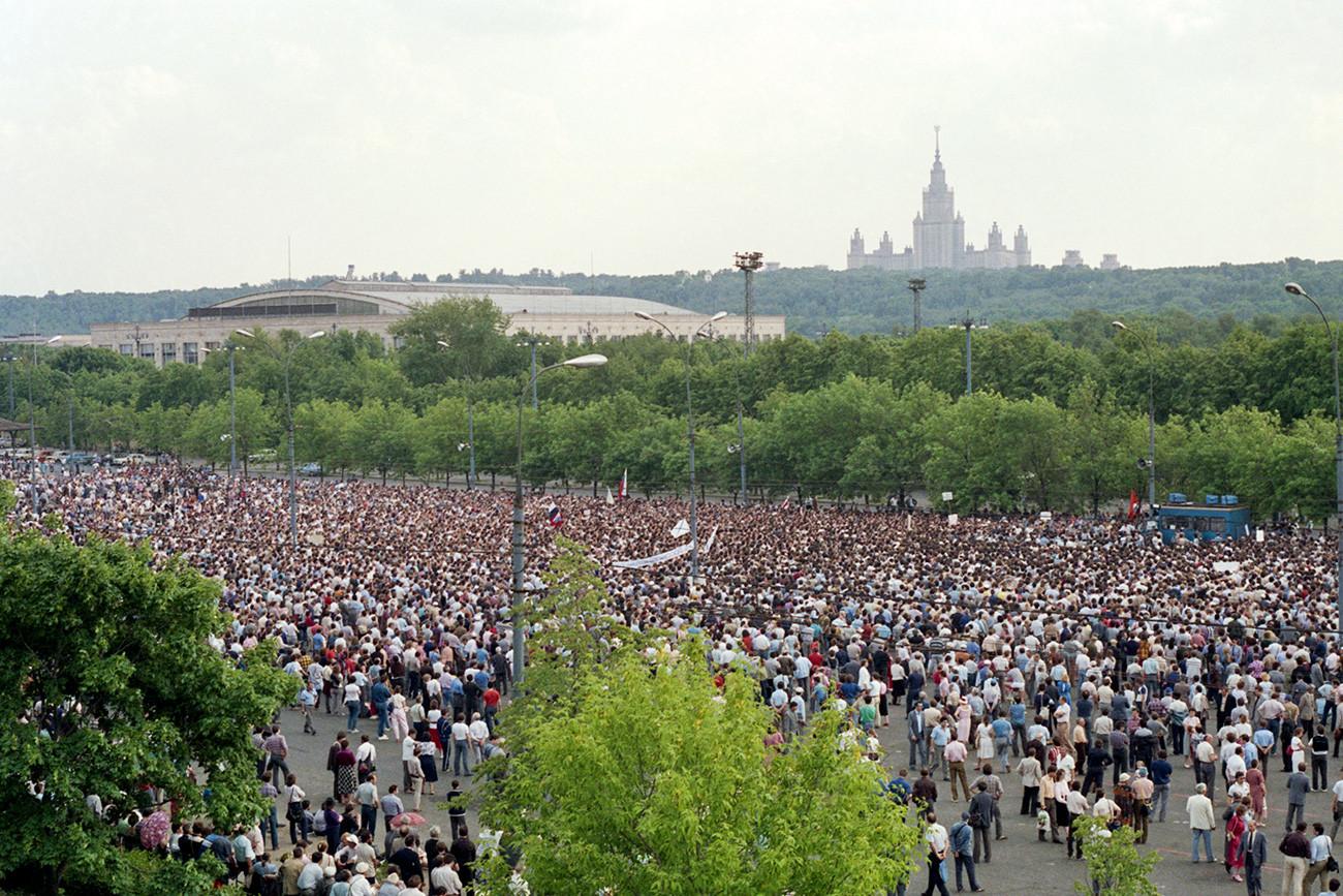 Salah satu unjuk rasa sanksi pertama di Moskow, 28 Mei 1989.