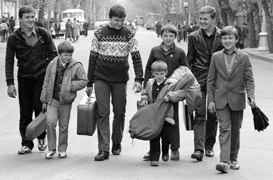 Miembros de la banda de jazz amateur de los hermanos Ovechkin en las calles de su ciudad natal.