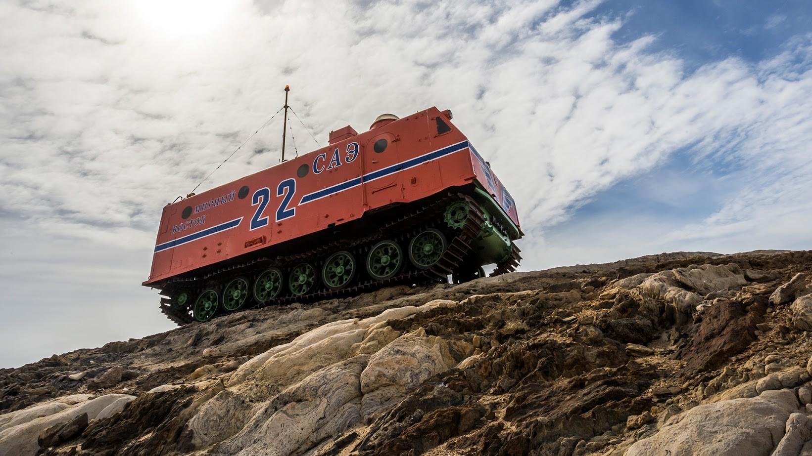 Težki snežni traktor Harkovčanka, ki ga na Antarktiki uporabljajo od leta 1959