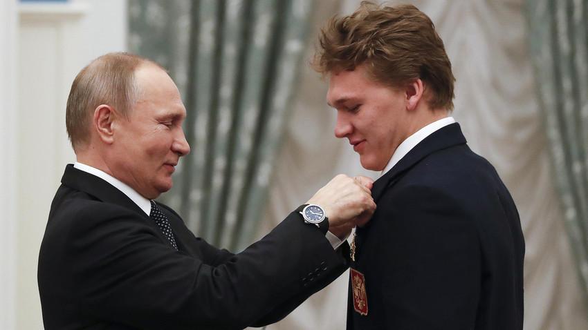 Vladimir Putin in hokejist Kiril Kaprizov, ki je na OI dosegel odločili zadetek za Rusijo.