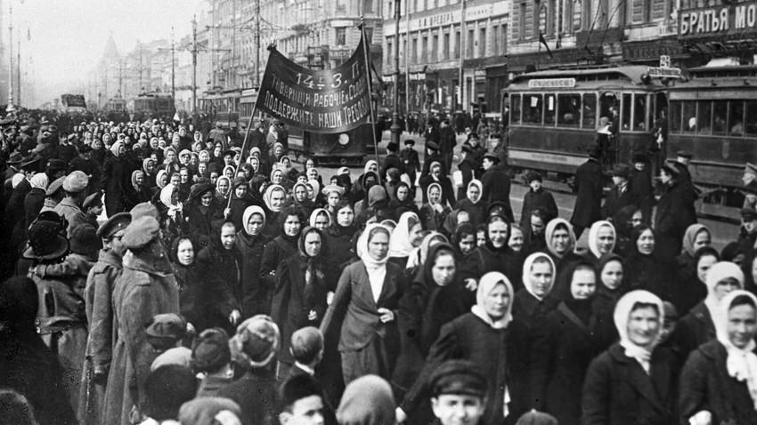 São Petersburgo, 1917. Um dos estopins das revoluções na Rússia foram os protestos contra a Primeira Guerra Mundial no Dia Internacional da Mulher.