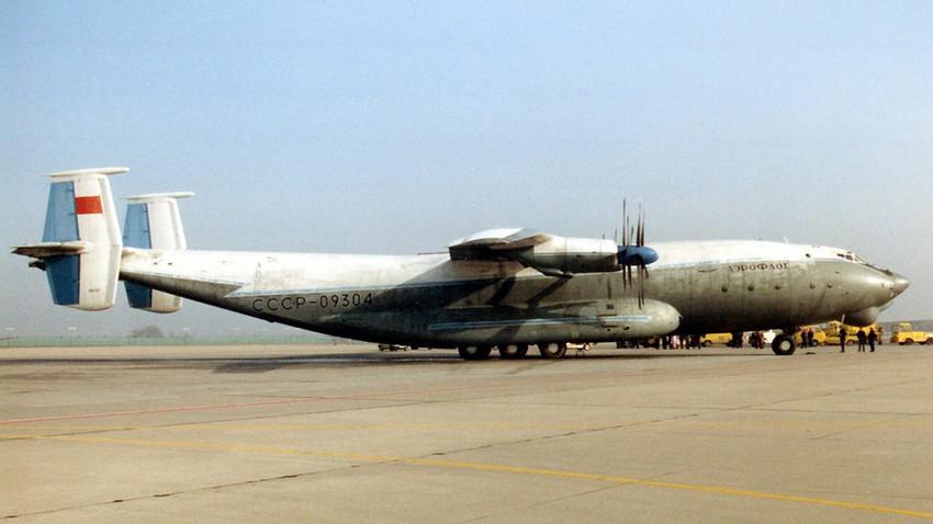 Avión Antonov An-22.