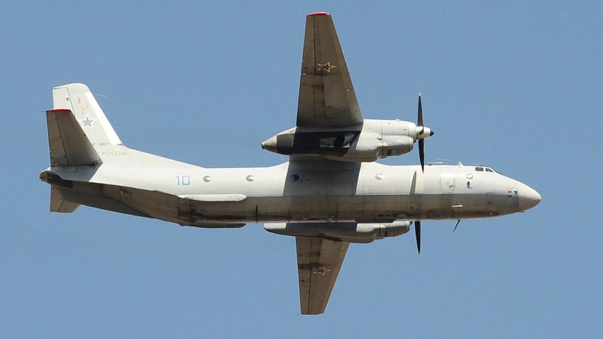 O An-26 é uma avião militar, capaz de transportar 40 pessoas a bordo ou até seis toneladas de carga.